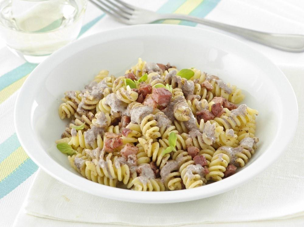 Pasta al pesto di olive veloce e gustosa