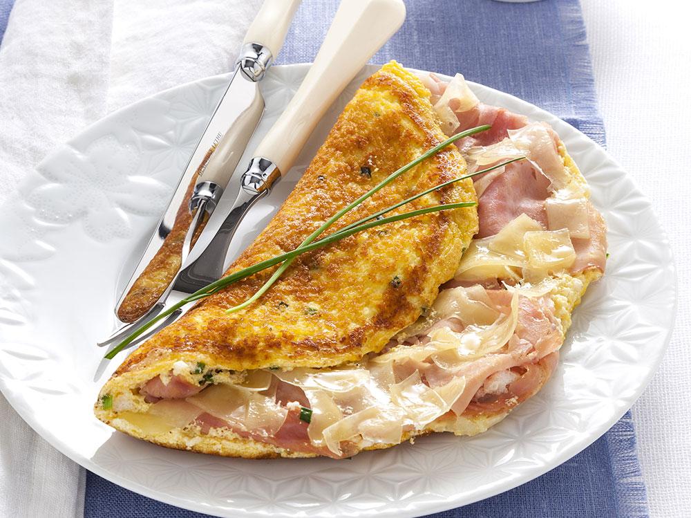 Omelette-ripiena-con-formaggio-e-prosciutto