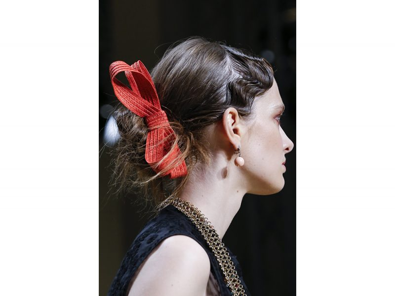 Capelli-gli-accessori-adatti-per-le-feste-Les-Copains_clp_W_S18_MI_066_2761340