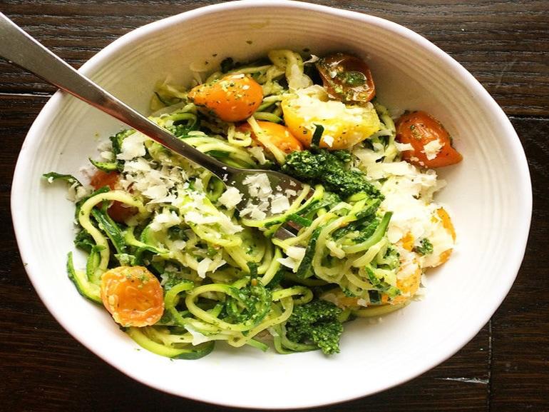 Noodles-con-zucchine-e-pesto-di-kale-piatto-per-rimanere-in-forma-benessere-salute-linea