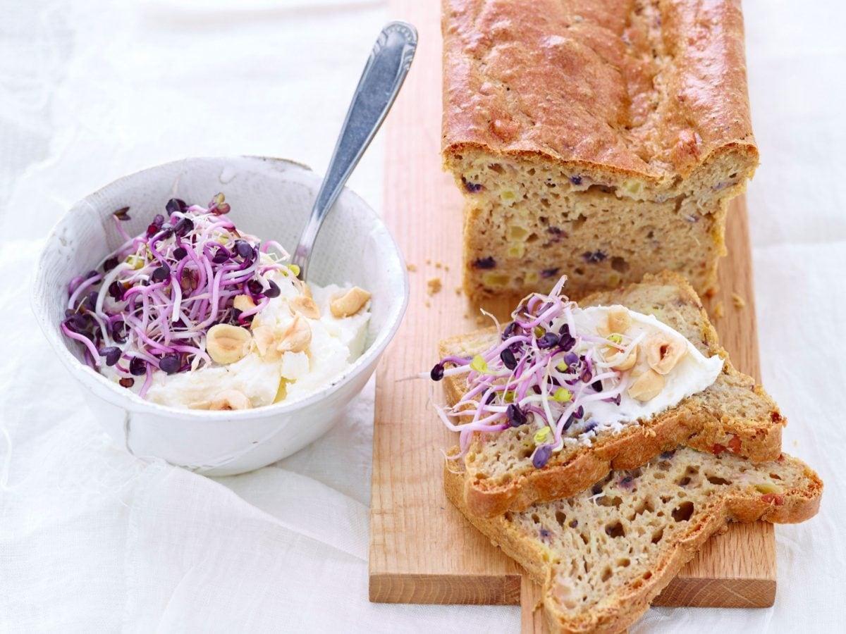 Pane integrale con germogli e formaggio