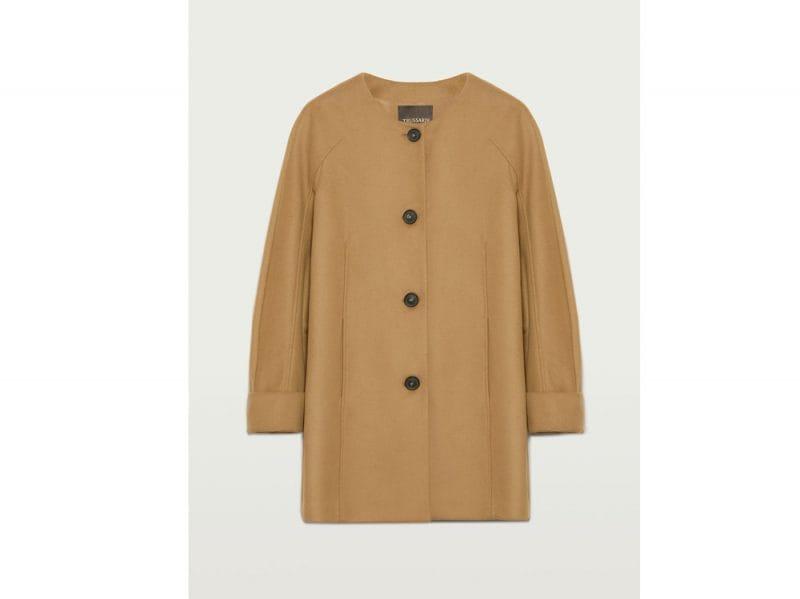 Trussardi-cappotto-presenta-linee-classiche-e-pulite,-abbottonatura-sulla-parte-anteriore-e-tasche-laterali