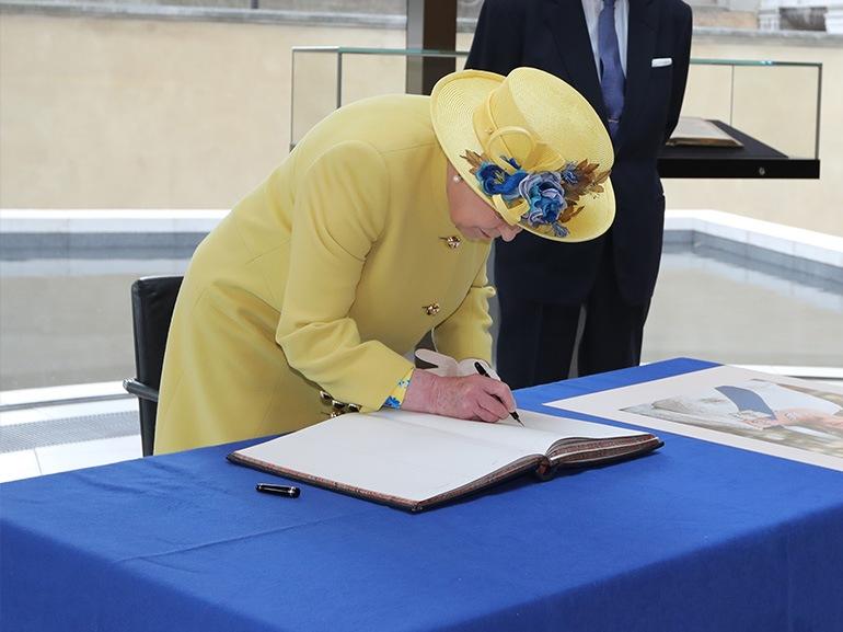 regina elisabetta firma