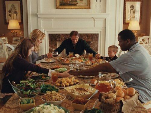 tavola imbandita famiglia