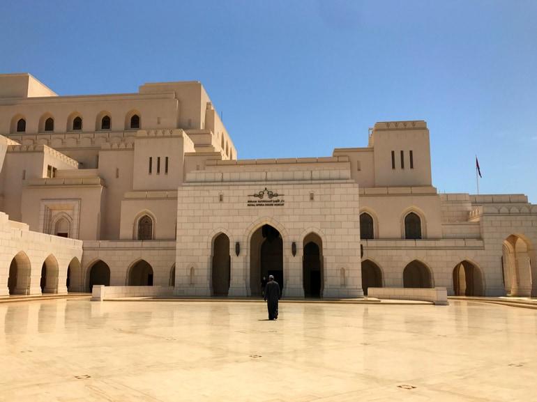 Oman edifici sobri eleganti marmo lucente bianco no sfarzo viaggio in Oman paese sicuro