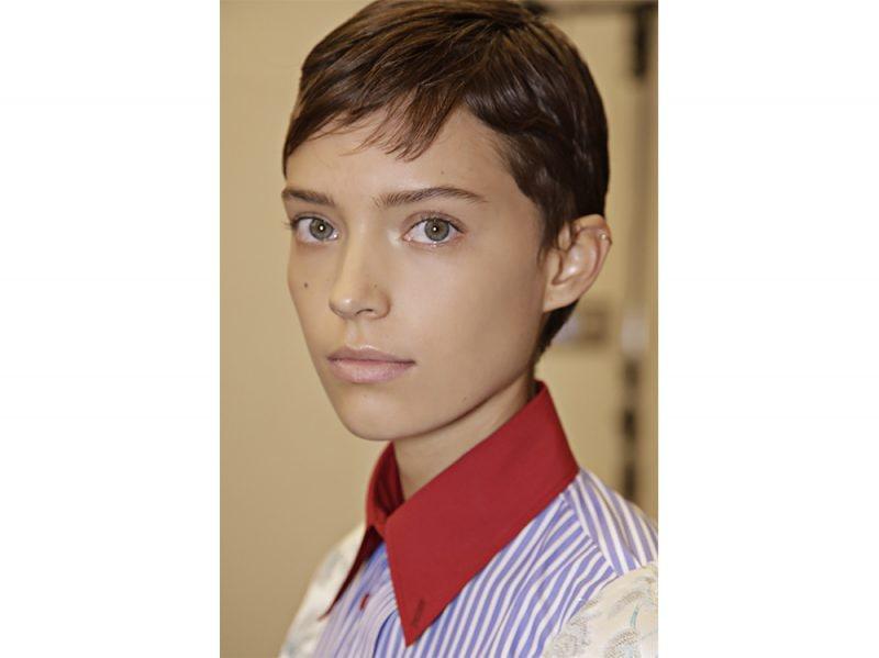 Taglio corto di capelli con frangia