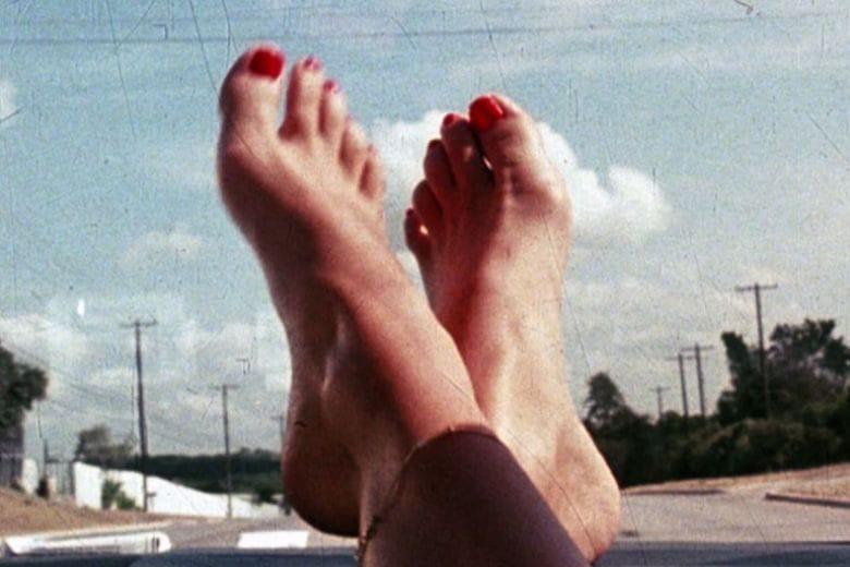 Barefoot mania: finiremo davvero per andare in giro a piedi nudi?