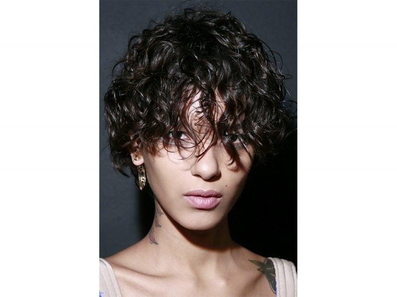 Tagli capelli corti ricci immagini