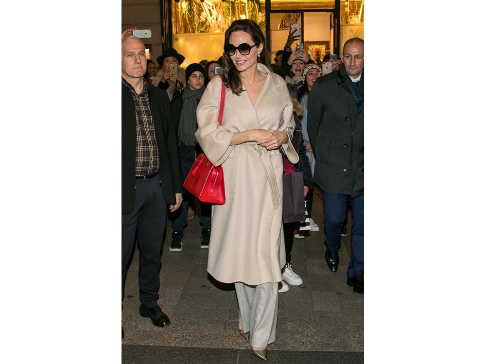 Angelina-Jolie-con-indosso-il-cappotto-'mod.-LABBRO'-di-Max-Mara-getty