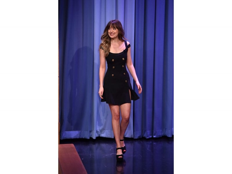 Dakota-johnson-in-Versace-allo-show-di-Jimmy-Fallon-getty-images