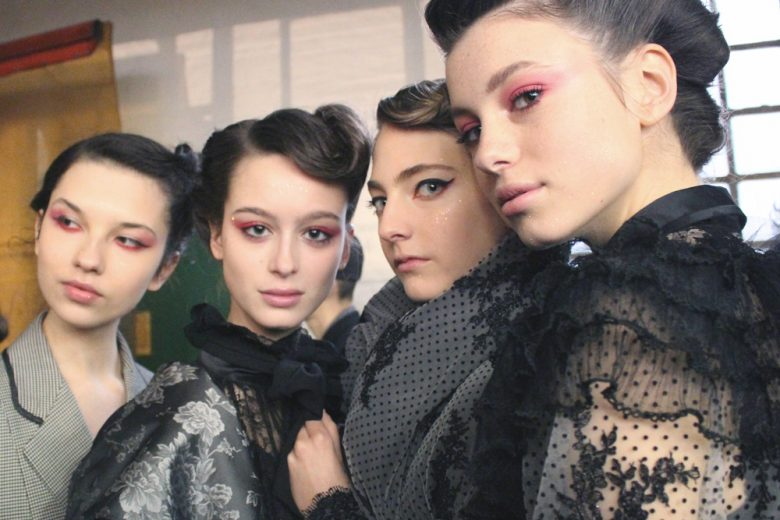 Smokey eyes bicolor e capelli raccolti rétro: il romanticismo ribelle di Antonio Marras