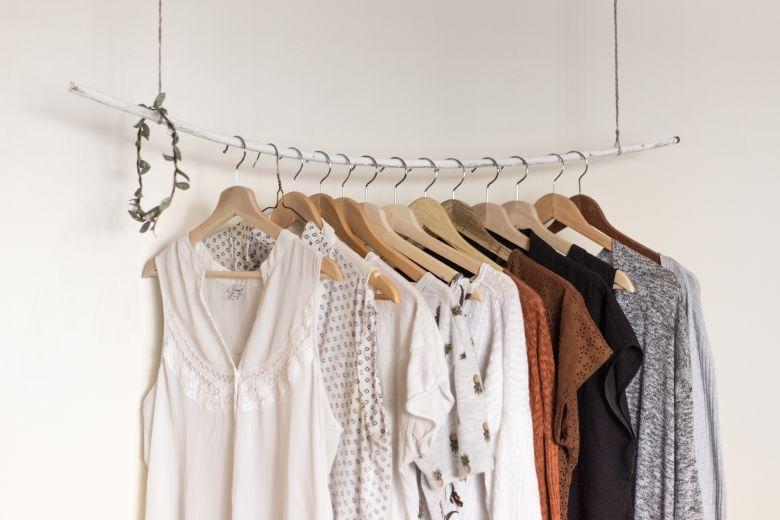 Come fare il cambio dell'armadio secondo le regole del decluttering