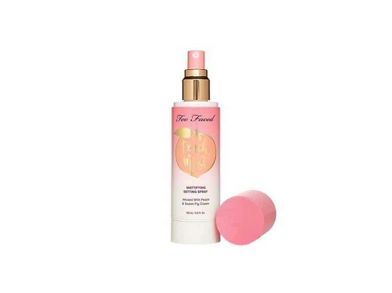 spray fissante too faced sweet peach paris jackson copia il look trucco glowy e labbra metallizzate (1)