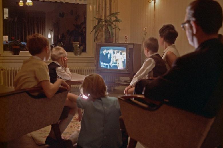 La prima TV Philips compie 80 anni: com'è cambiato il ruolo del televisore in casa e in famiglia