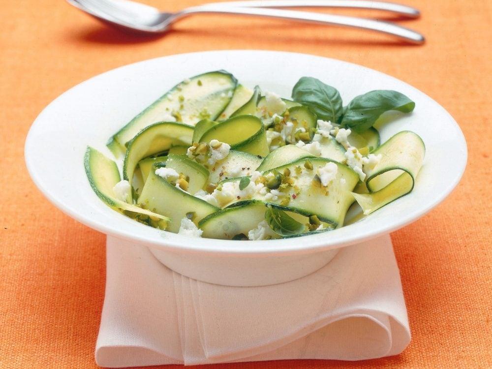Insalatona light con zucchine e feta