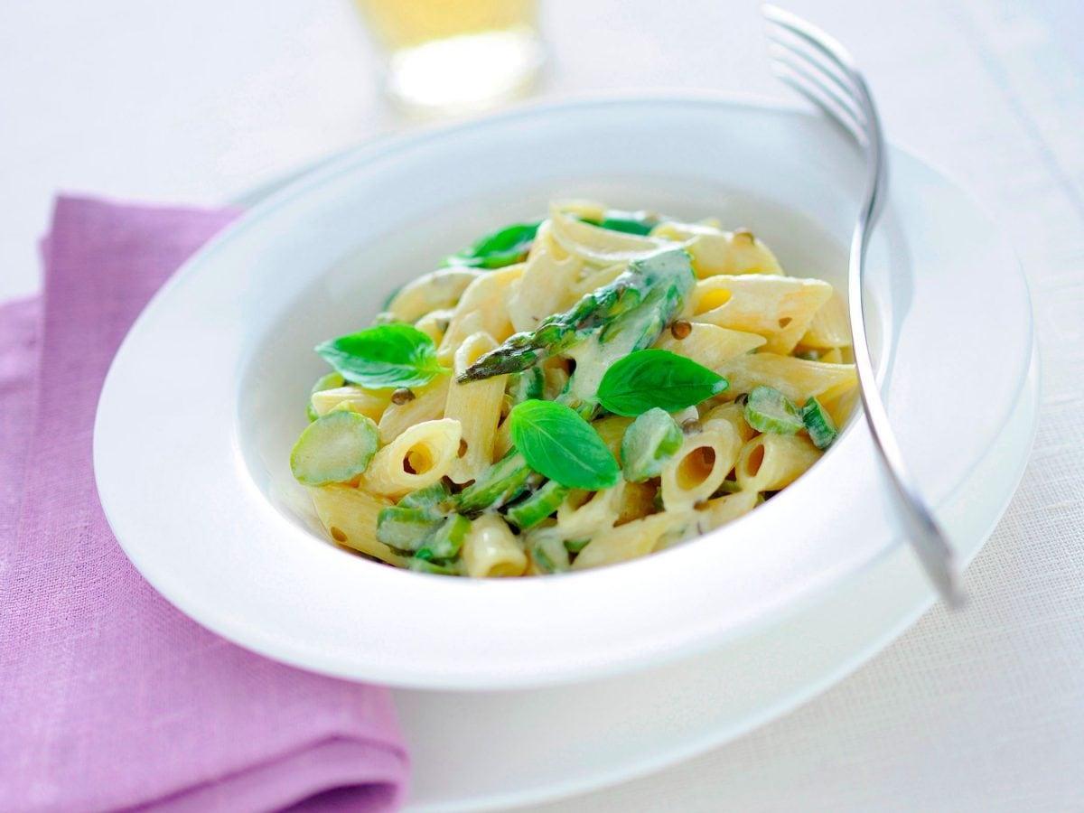 Pasta con formaggio cremoso e asparagi