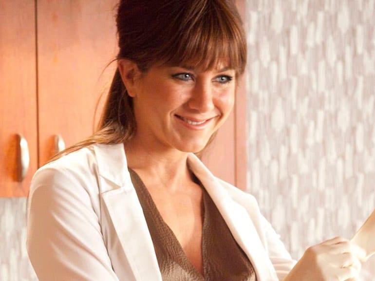 Jennifer Aniston camice bianco