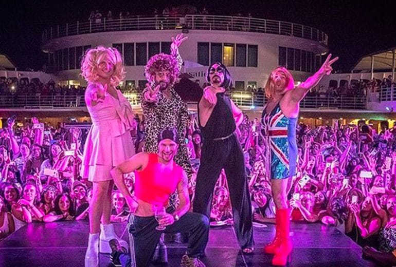 I Backstreet Boys hanno fatto un concerto travestiti da Spice Girls