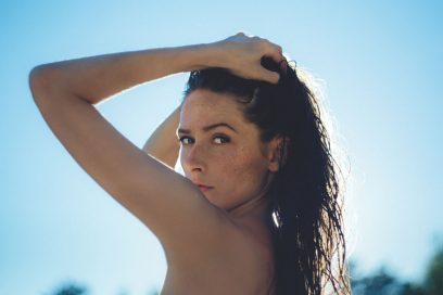 Capelli effetto bagnato: le acconciature wet più glam per l'estate
