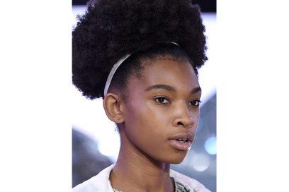 capelli-gli-accessori-estivi-per-impreziosire-la-chioma-Moncler-Gamme-Rouge_clp_W_S18_PA_070_2799303