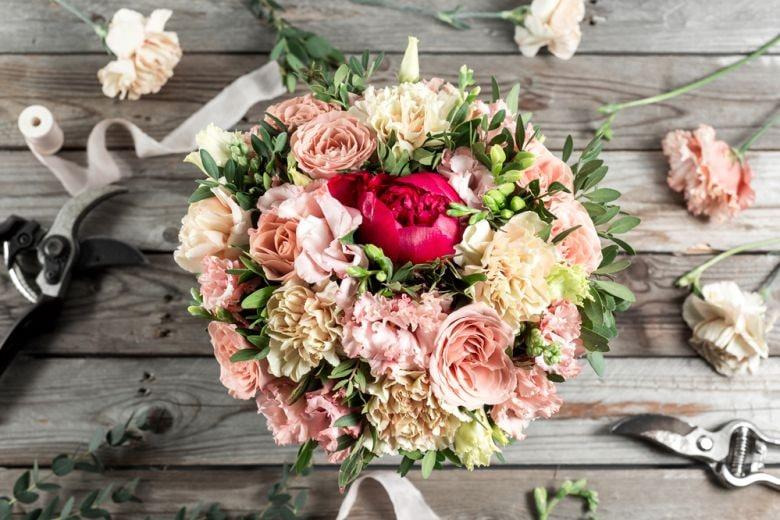 10 idee originali per decorare la tavola con i fiori