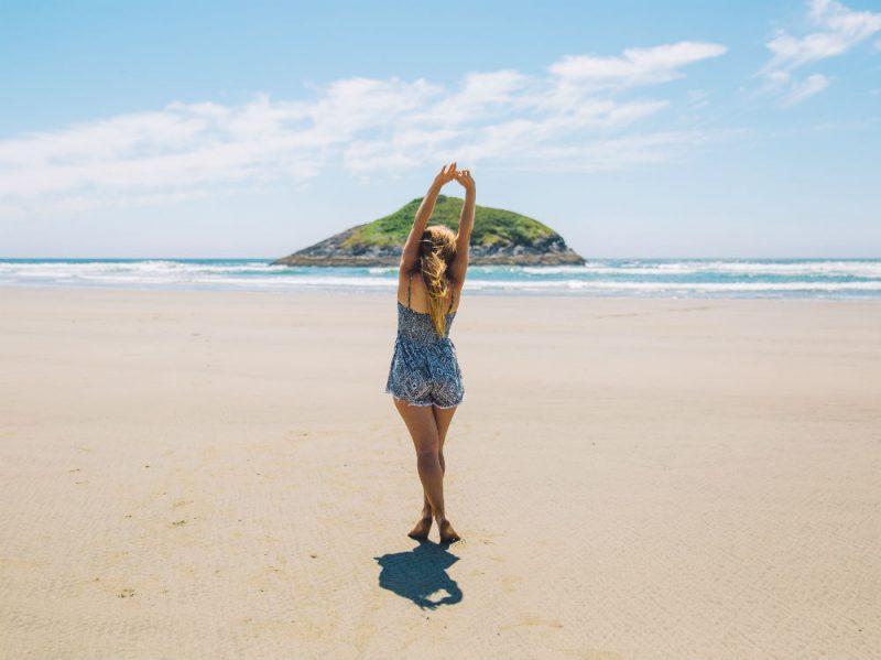 Donna spiaggia isola