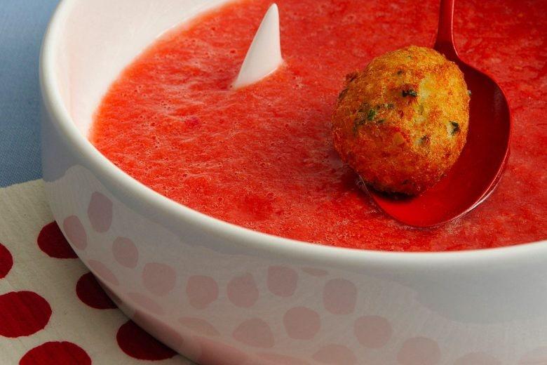 Gazpacho al pomodoro con polpette di pesce