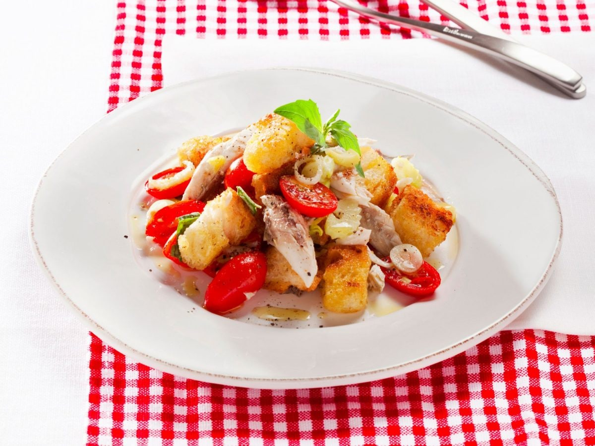 Panzanella al pesce con pane croccante