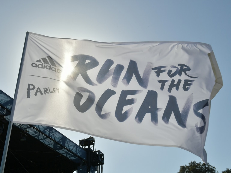 adidas-Ultraboost-Parley-Run-for-the-oceans-2018-running-shoes-sport-modello-uomo-modello-donna-corsa-benefica
