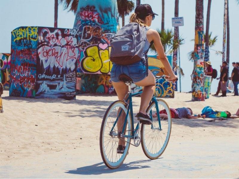 bicicletta donna spiaggia