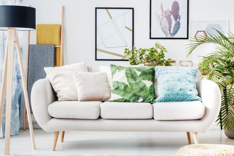 Come arredare il salotto partendo da un divano bianco