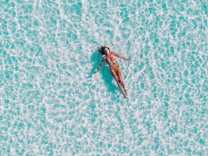 donna nuoto mare