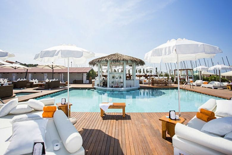 I migliori beach club del Mediterraneo, da Ibiza alla Versilia