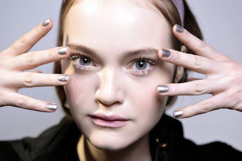 Nail art argento: le manicure silver per unghie edgy