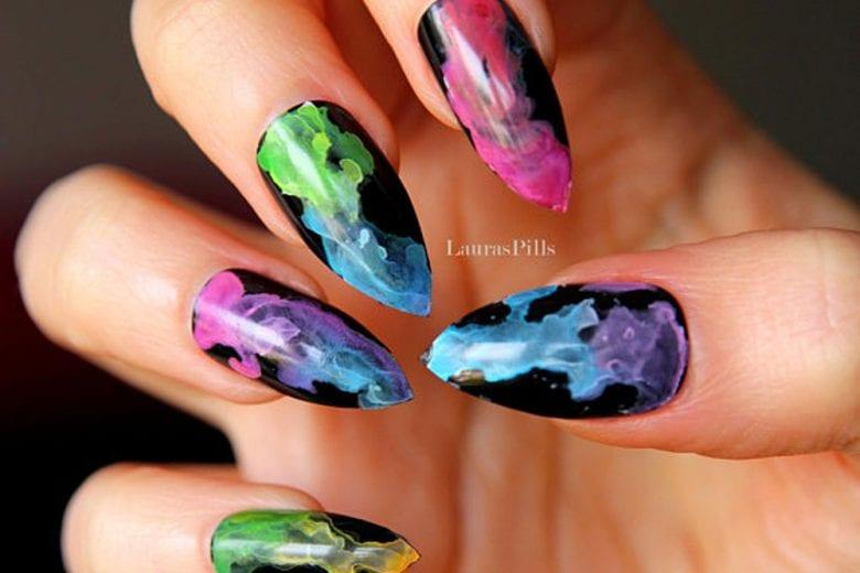 Unghie arcobaleno: le rainbow nails per la manicure più colorata e divertente