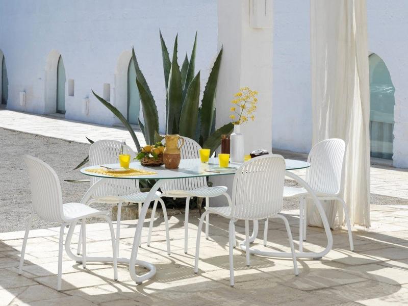 tavolo-ovale-.da-esterno-in-vetro-e-alluminio