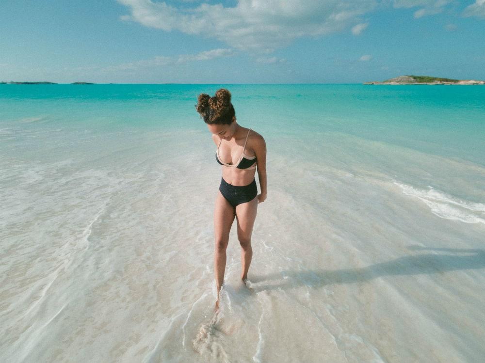 Donna camminata mare