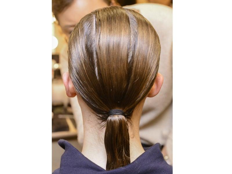 capelli-in-estate-le-acconciature-facili-da-provare-in-spiaggia-Chalayan_bst_W_F18_LO_008_2913091