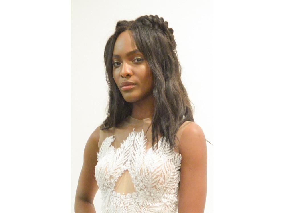 Acconciature capelli semiraccolti sposa le idee più glam per il 2019 (4)