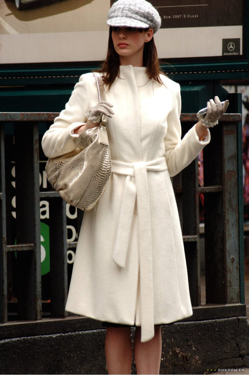 Anne Hathaway cappotto bianco