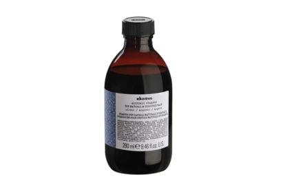 capelli-grigi-come-si-curano-e-i-tagli-adatti-per-le-chiome-argento-Davines_Alchemic_Shampoo_Silver