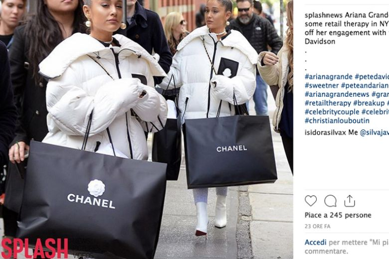 Ariana Grande single si consola con lo shopping (svaligiando Chanel)