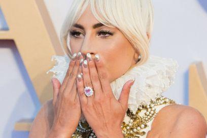Lady Gaga si è fidanzata (con al dito un anello rosa da 400mila dollari)