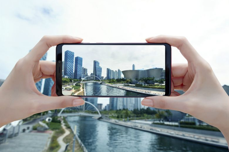 Samsung presenta Galaxy A9, il primo smartphone con 4 fotocamere