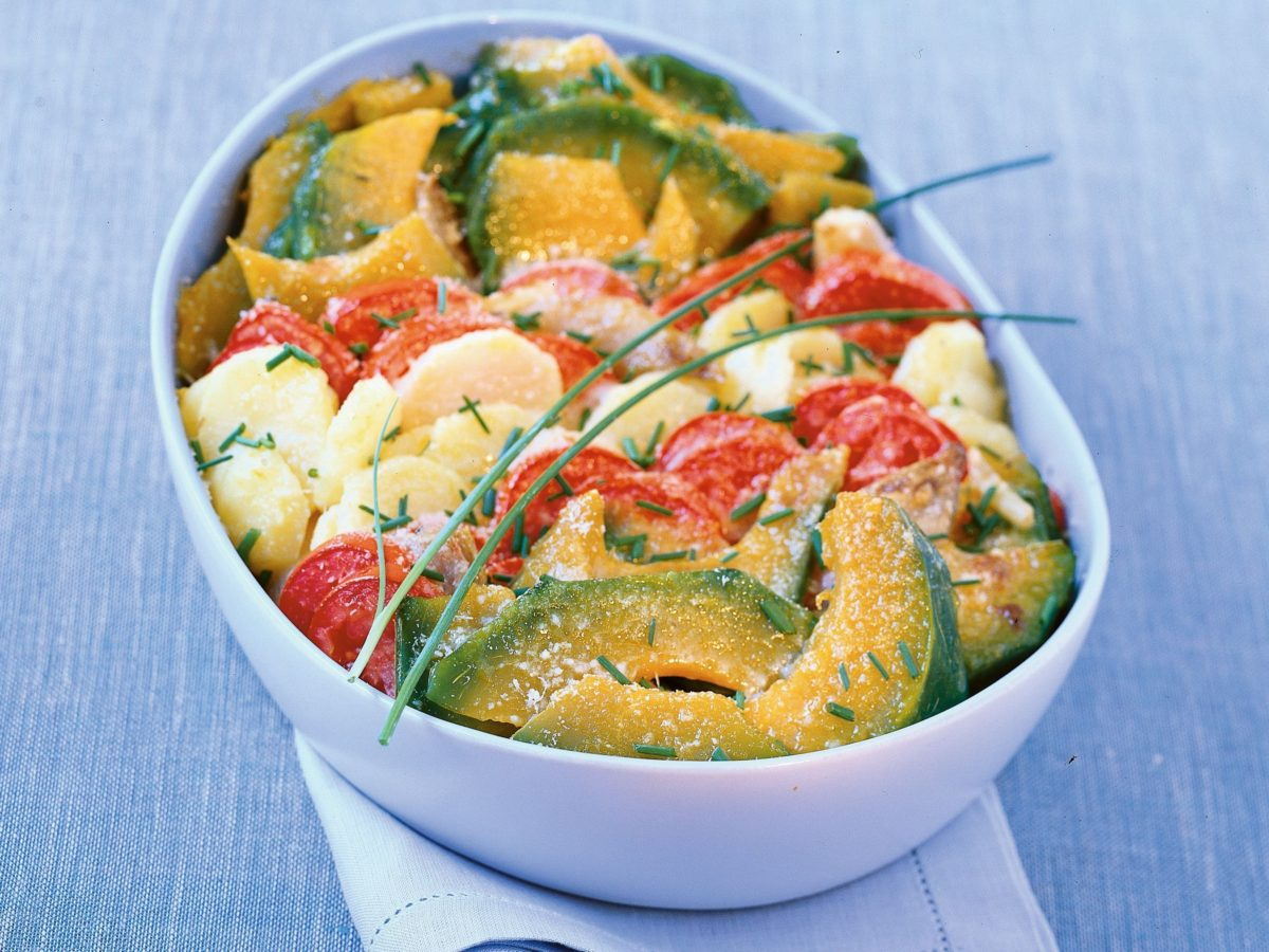 Contorno di zucca gialla pomodori e patate