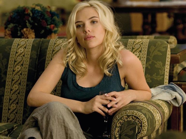 Scarlett Johanson divano verde
