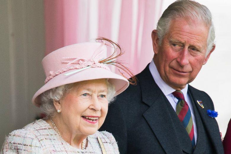 La Regina Elisabetta non ha nessuna intenzione di abdicare (e al Principe Carlo va bene così)