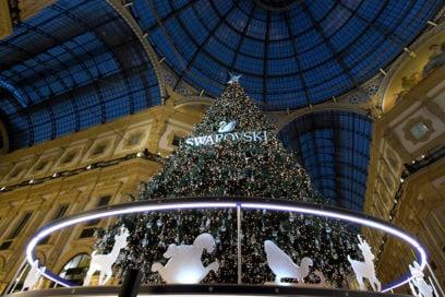 Swarovski accende la Magia del Natale con un albero in Galleria (e una madrina speciale)