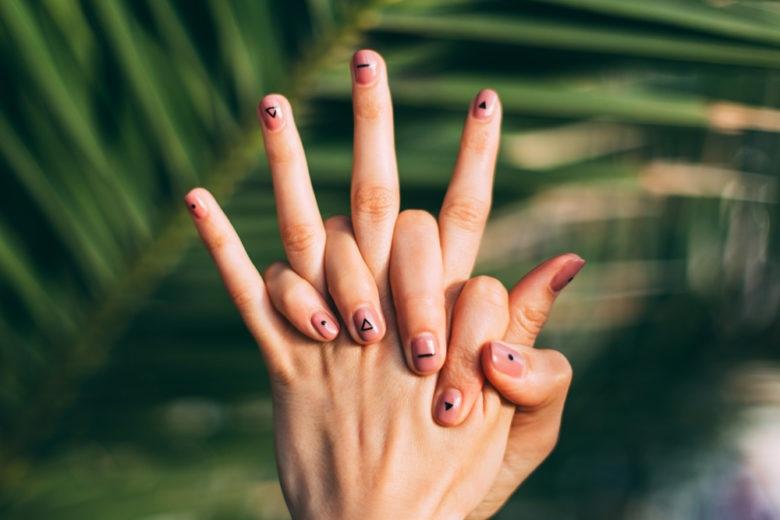 Nail art nude 2019: le idee per unghie semplici con un tocco glam in più