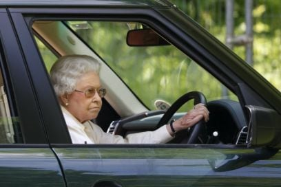 La Regina Elisabetta non ha la patente ma guida lo stesso. Ecco perché